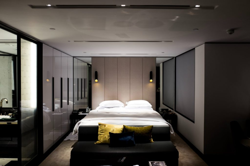 Modern bedroom decor example with smooth lighting