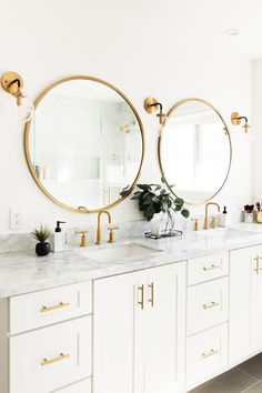 Golden accents in a white and modern bathroom
