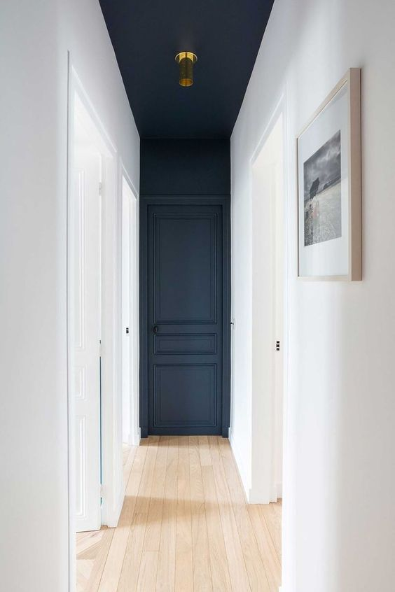 Corridor with a color different for the door and the ceiling